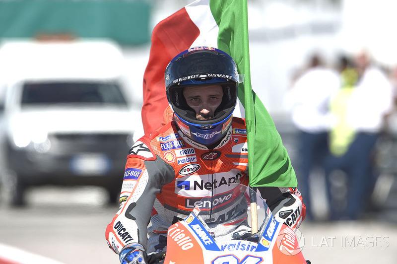 Il vincitore della gara Andrea Dovizioso, Ducati Team, con la bandiera italiana