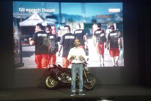 Foto di gruppo con Claudio Domenicali, AD Ducati Motor Holding, sul palco con la Ducati Monster 25esimo Anniversario