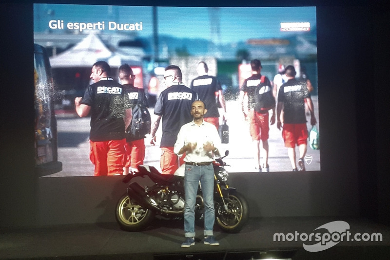 Foto de grupo con Claudio Domenicali, AD Ducati Motor Holding, con la Ducati Monster 25 Anniversario