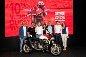 Foto di gruppo con Claudio Domenicali, AD Ducati Motor Holding, Andrea Dovizioso e il Monster 1200 25° Anniversario