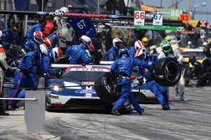 #66 Chip Ganassi Racing Ford GT, GTLM - Dirk Muller, Joey Hand, #67 Chip Ganassi Racing Ford GT, GTLM - Ryan Briscoe, Richard Westbrook pit stop.
