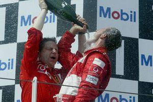Podio: ganador, Michael Schumacher, Ferrari celebra con Jean Todt, Ferrari