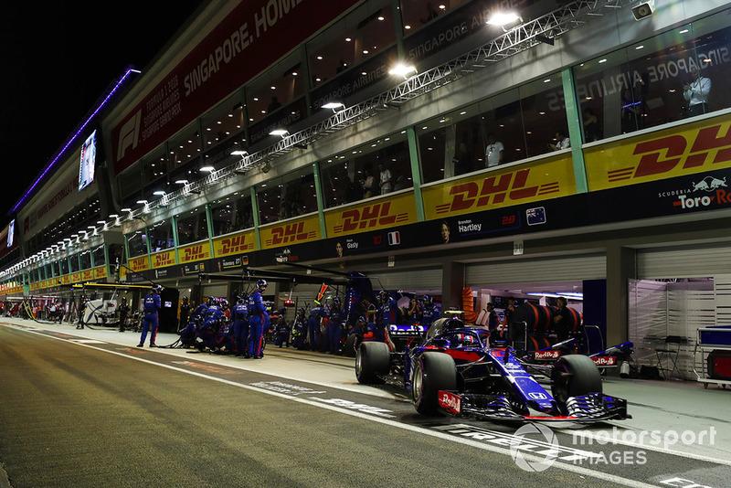 Pierre Gasly, Scuderia Toro Rosso STR13, odjeżdża ze stanowiska serwisowego