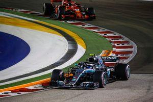 Valtteri Bottas, Mercedes AMG F1 W09 EQ Power+ et Kimi Raikkonen, Ferrari SF71H