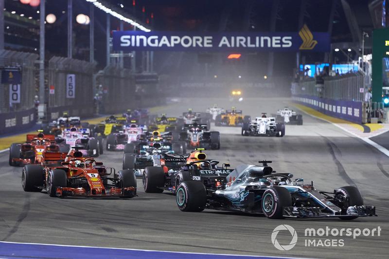 Lewis Hamilton, Mercedes AMG F1 W09 EQ Power+, za nim Sebastian Vettel, Ferrari SF71H, Max Verstappen, Red Bull Racing RB14, Valtteri Bottas, Mercedes AMG F1 W09 EQ Power+, Daniel Ricciardo, Red Bull Racing RB14, Kimi Räikkönen, Ferrari SF71H, i reszta stawki na starcie wyścigu