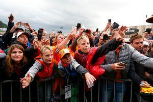 Les fans autour de la scène de la Fan Zone