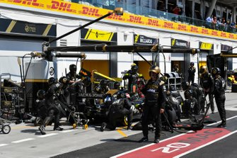 Kevin Magnussen, Haas VF-19, makes a pit stop