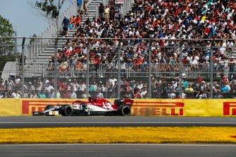 Antonio Giovinazzi, Alfa Romeo Racing C38 hace un trompo en la pista