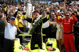 Победитель гонки Симон Пажено, Team Penske Chevrolet