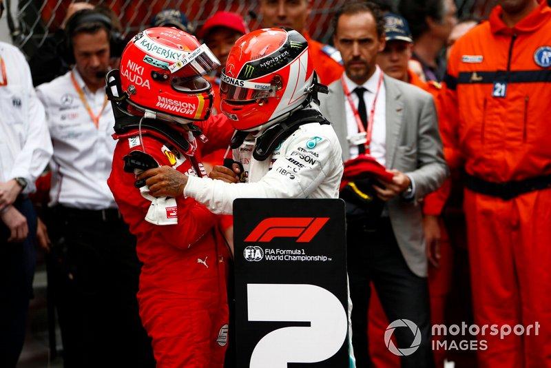 Sebastian Vettel, Ferrari, 2° classificato, si congratula con Lewis Hamilton, Mercedes AMG F1, 1° classificato, nel parco chiuso