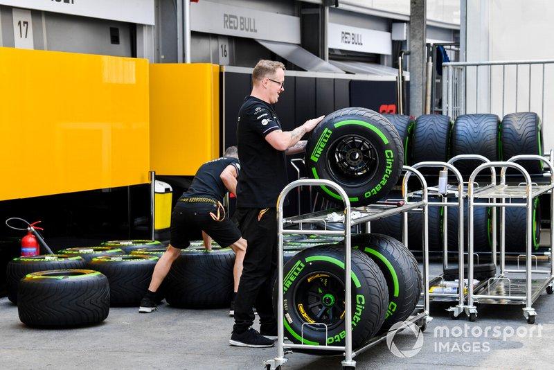 Meccanico Renault con gomme Pirelli
