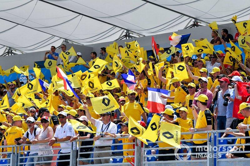 Un grande pubblico supporta la Renault
