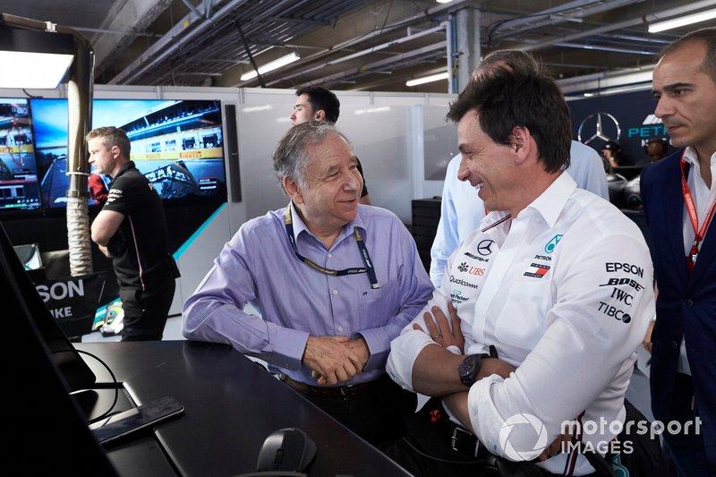 Jean Todt, Presidente de la FIA con Toto Wolff, Director Ejecutivo (Negocios) de Mercedes AMG, en el garaje de Mercedes