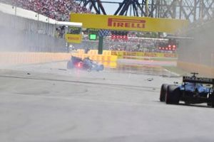 Kevin Magnussen, Haas F1 Team VF-19, hits the Wall of Champions and crashes out towards the end of Q2