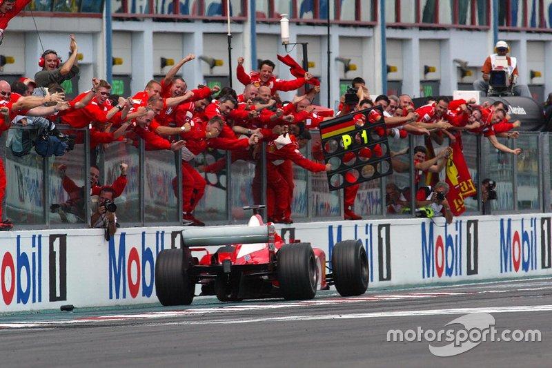 Michael Schumacher, Ferrari'deki sekizinci galibiyetini kazanıyor