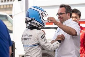 Sven Smeets congratulating Romain Dumas