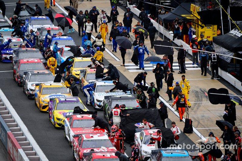 Vista general de los coches en el pit road y sus cubiertas