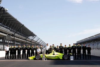 Winnaar Simon Pagenaud, Team Penske Chevrolet met team