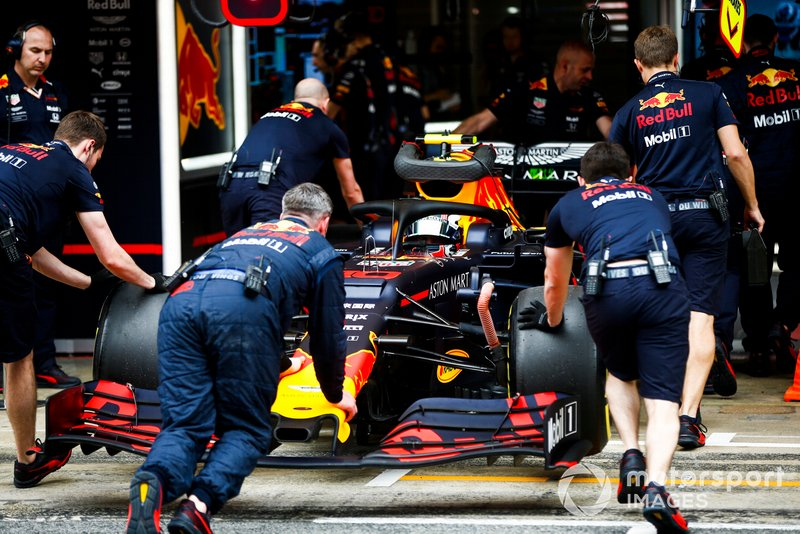 Pierre Gasly, Red Bull Racing RB15, is returned to the garage