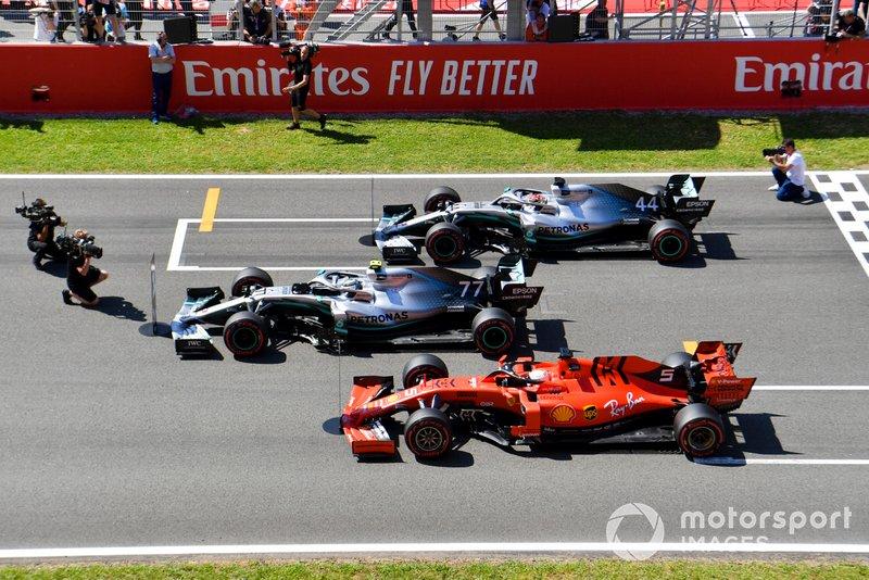 Valtteri Bottas, Mercedes AMG W10, Lewis Hamilton, Mercedes AMG F1 W10, et Sebastian Vettel, Ferrari SF90, se garent sur la grille