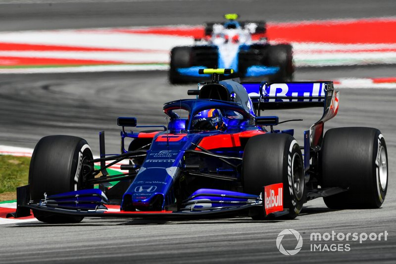 Alexander Albon, Toro Rosso STR14, leads Robert Kubica, Williams FW42