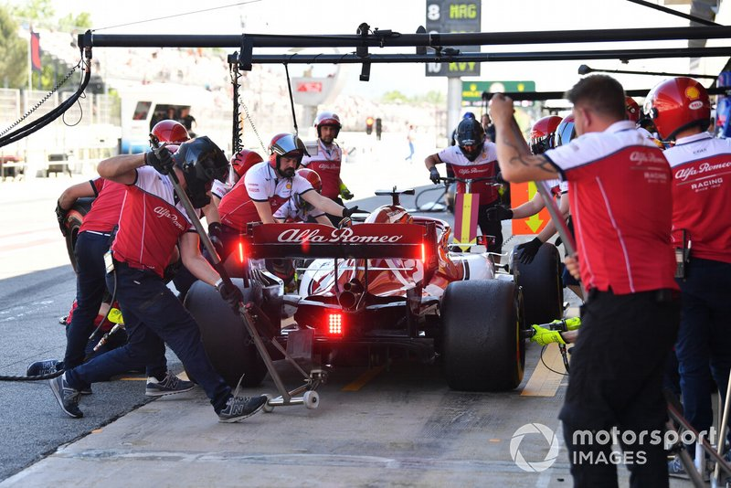 Kimi Raikkonen, Alfa Romeo Racing C38, in the pits during practice