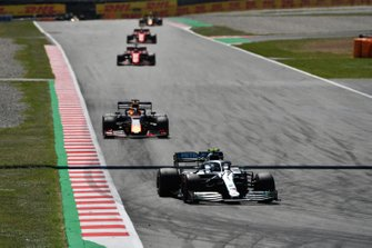 Valtteri Bottas, Mercedes AMG W10, en Max Verstappen, Red Bull Racing RB15