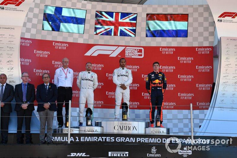 Dr Dieter Zetsche, PDG, Mercedes Benz, Valtteri Bottas, Mercedes AMG F1, deuxième, Lewis Hamilton, Mercedes AMG F1, vainqueur, et Max Verstappen, Red Bull Racing, troisième, sur le podium