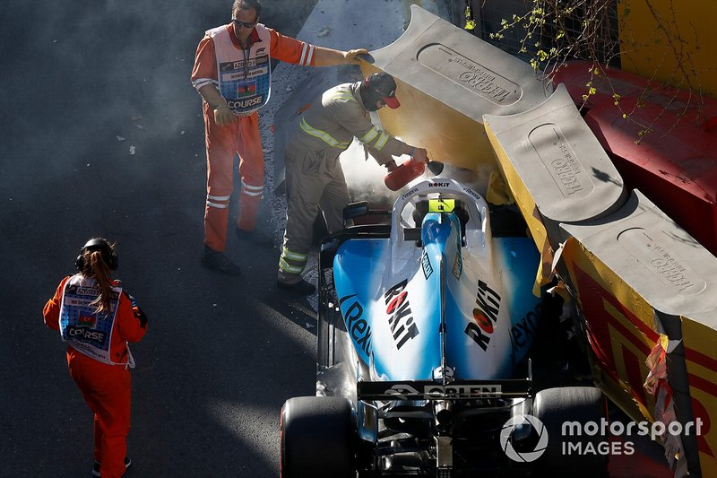 I marshal rimuovono la monoposto incidentata di Robert Kubica, Williams