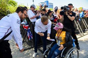 Valtteri Bottas, Mercedes AMG F1 signs autographs for fans