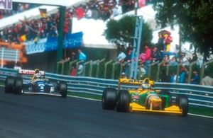 Michael Schumacher, Benetton B193B, suivi par Alain Prost, Williams FW15C