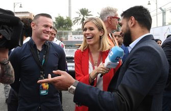Wayne Rooney, futbolista, Amir Khan, boxeador, habla con la presentadora de televisión Nicki Shields