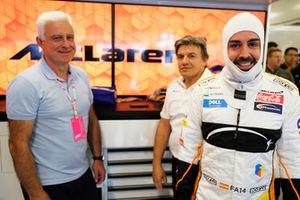 Jose Luis Alonso nel garage con il figlio Fernando Alonso, McLaren