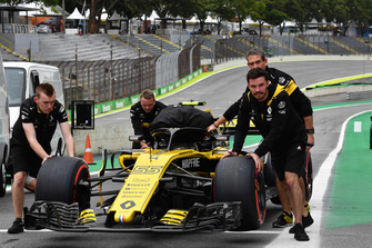 Renault Sport F1 Team mechanics with Renault Sport F1 Team RS18