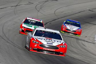 Brad Keselowski, Team Penske, Ford Fusion Wurth e Landon Cassill, StarCom Racing, Chevrolet Camaro Brookshire's