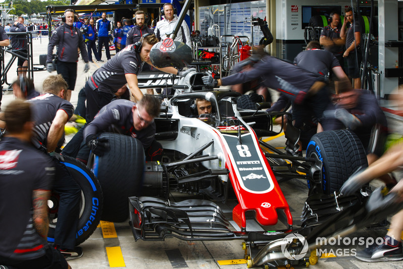 Mekanik Haas berlatih pit stop dengan pembalap pengembang, Louis Delertraz