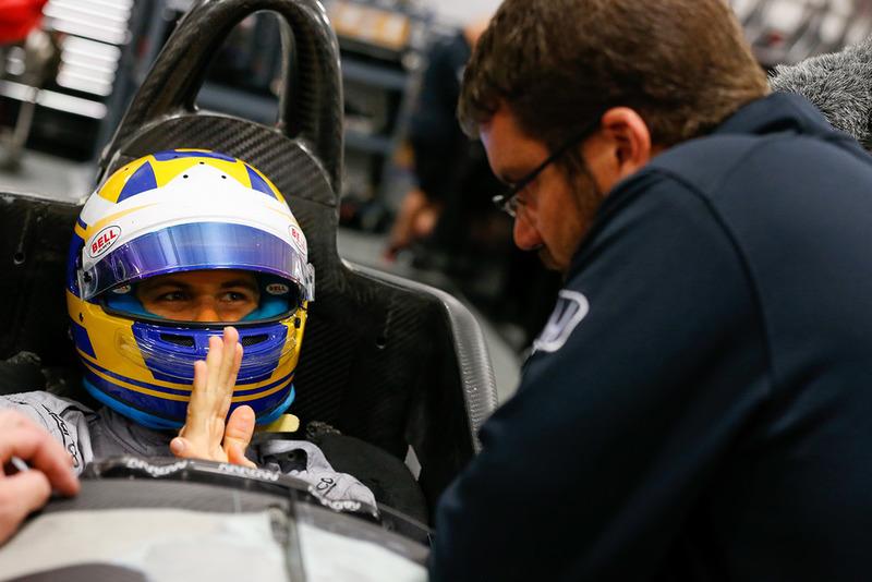 Marcus Ericsson ajuste del asiento en Schmidt Peterson Motorsports