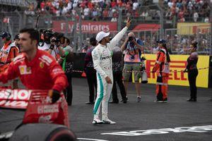 Lewis Hamilton, Mercedes AMG F1 viert feest in parc ferme