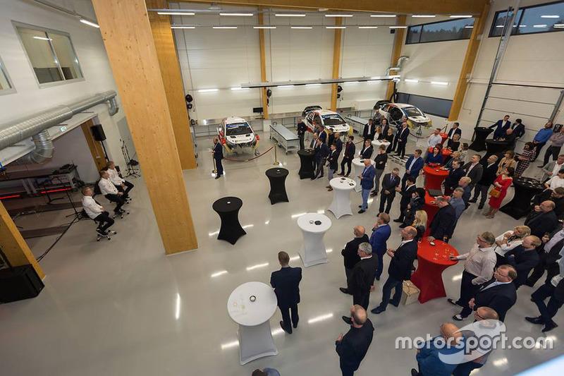 Atmosfera durante la festa di apertura del nuovo workshop Toyota