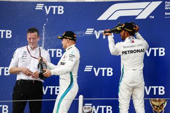 Racewinnaar Lewis Hamilton, Mercedes AMG F1, tweede plaats Valtteri Bottas, Mercedes AMG F1 en James Allison, technisch directeur, Mercedes AMG