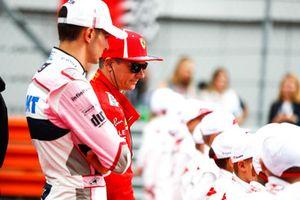 Эстебан Окон, Racing Point Force India F1, и Кими Райкконен, Ferrari