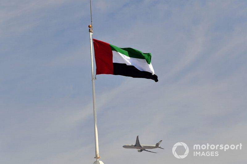 Самолет и флаг ОАЭ