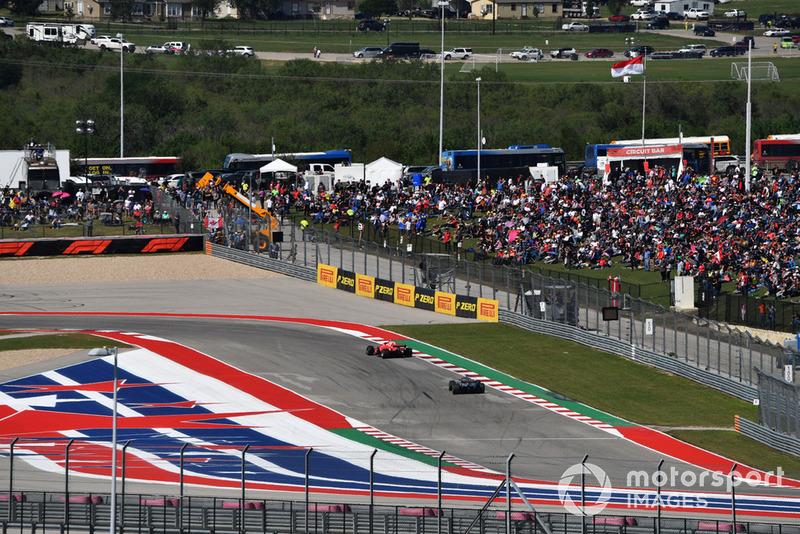 Kimi Raikkonen, Ferrari SF71H leads Lewis Hamilton, Mercedes AMG F1 W09 EQ Power+