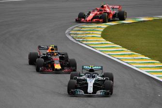 Valtteri Bottas, Mercedes-AMG F1 W09 leads Max Verstappen, Red Bull Racing RB14
