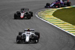 Charles Leclerc, Sauber C37 y Romain Grosjean, Haas F1 Team VF-18