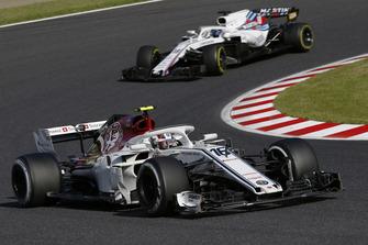 Charles Leclerc, Sauber C37 precede Lance Stroll, Williams FW41