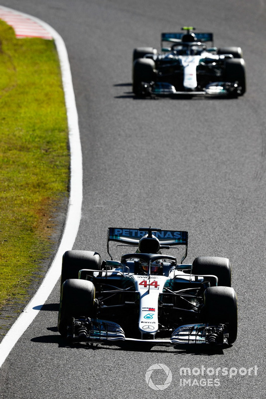 Lewis Hamilton, Mercedes AMG F1 W09, precede Valtteri Bottas, Mercedes AMG F1 W09