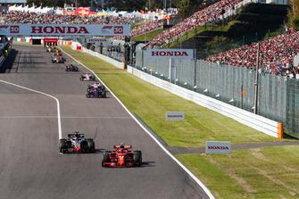 Kimi Raikkonen, Ferrari SF71H, voor Romain Grosjean, Haas F1 Team VF-18, Pierre Gasly, Scuderia Toro Rosso STR13, en Sergio Perez, Racing Point Force India VJM11