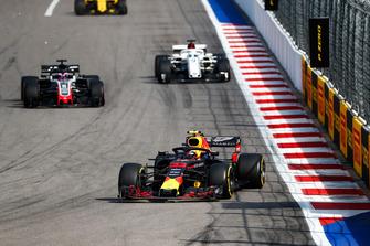 Max Verstappen, Red Bull Racing RB14, voor Romain Grosjean, Haas F1 Team VF-18, en Marcus Ericsson, Sauber C37