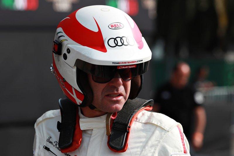 Tom Kristensen se prepara para manejar.